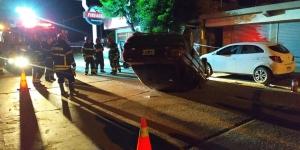 LOS BOMBEROS INTERVINIERON EN EL VUELCO DE UN AUTO QUE CHOCO EN CALLE ELIZONDO