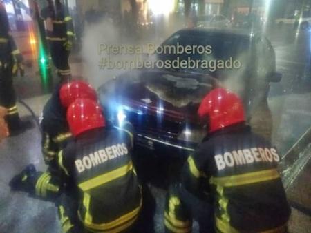BOMBEROS FUERON CONVOCADOS POR EL INCENDIO DE UN AUTOMOVIL EN LA CALLE RIVADAVIA