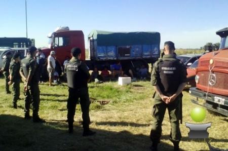 DETUVIERON A 12 CAMIONEROS EN CARLOS CASARES POR ARROJAR GRAN CANTIDAD DE CEREAL EN LA RUTA