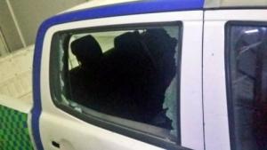 LLAMARON A LA POLICÍA POR UNA SUPUESTA DENUNCIA Y LOS RECIBIERON A PIEDRAZOS