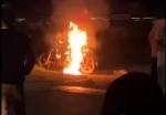 INCENDIO DE UNA MOTO EN EL ACCESO. NO HUBO LLAMADO AL 911 NI BOMBEROS